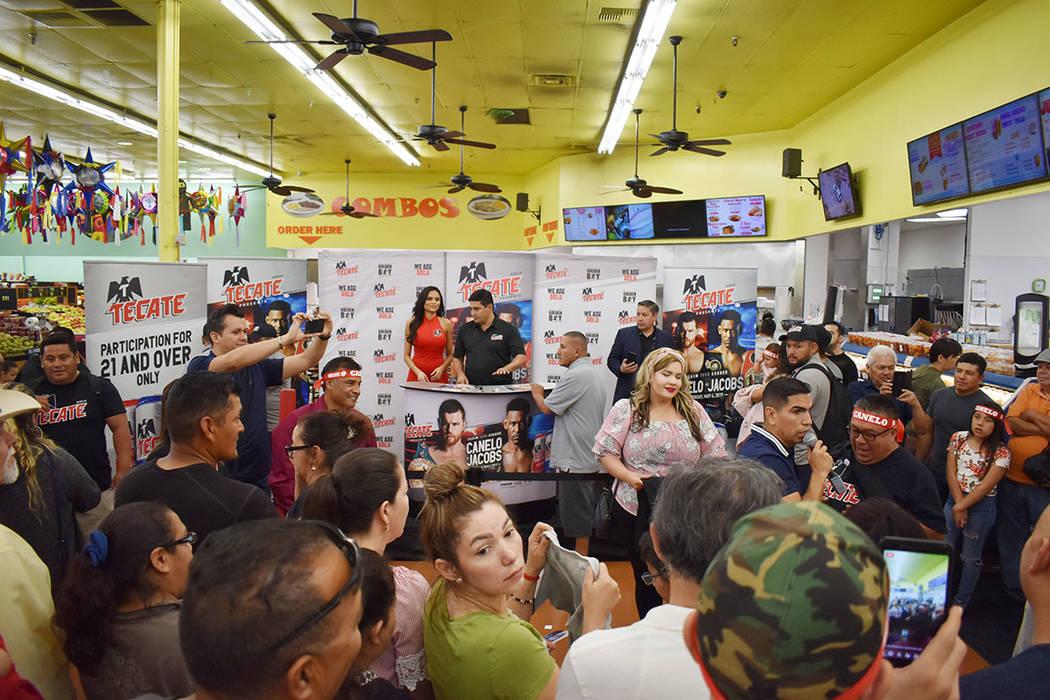 "Erik ""El Terrible"" Morales estelarizó una firma de autógrafos en La Bonita, estuvo acompa ..."
