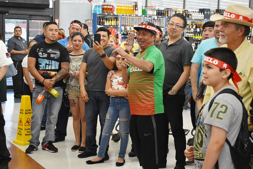 """Erik """"El Terrible"""" Morales estelarizó una firma de autógrafos en La Bonita. . Jueves 2 de ..."""