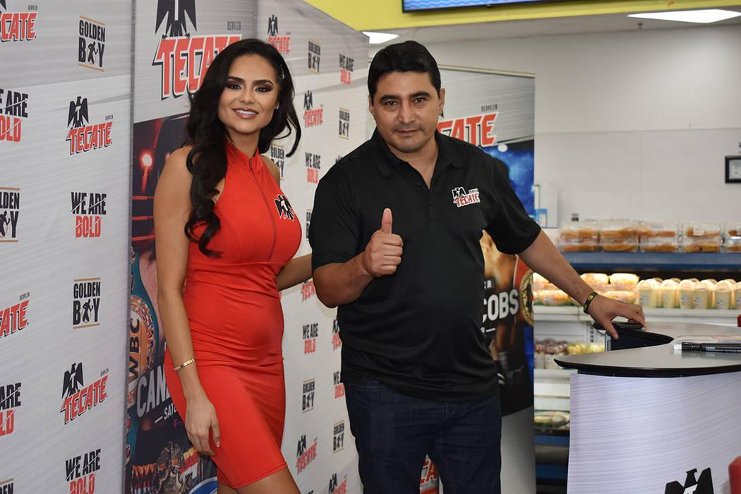 """Erik """"El Terrible"""" Morales estelarizó una firma de autógrafos en La Bonita. En la foto, l ..."""