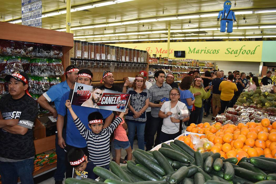 "Erik ""El Terrible"" Morales estelarizó una firma de autógrafos en La Bonita, donde acudió ..."