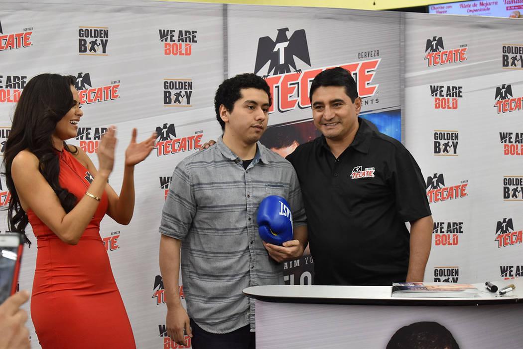 """Erik """"El Terrible"""" Morales estelarizó una firma de autógrafos en La Bonita. En la foto, c ..."""