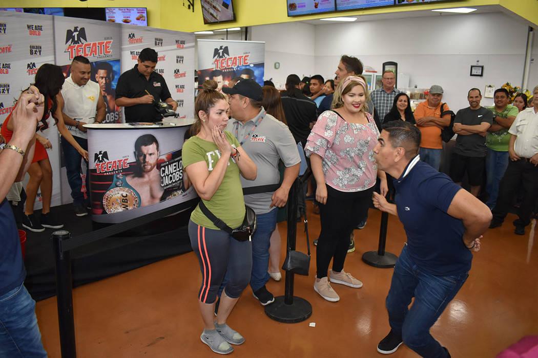 "Erik ""El Terrible"" Morales estelarizó una firma de autógrafos en La Bonita. En la foto, e ..."