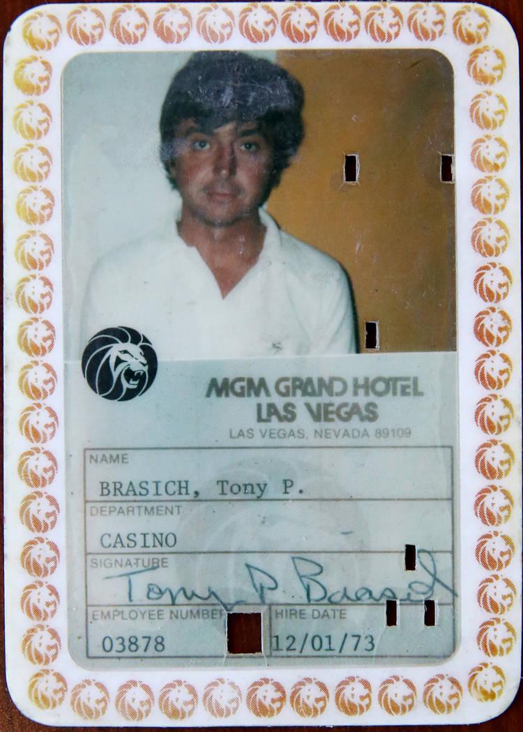 Anthony Brasich, de 71 años, de Las Vegas, muestra su identificación de empleado mientras esp ...