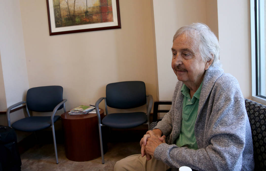 Anthony Brasich, 71, de Las Vegas, habla con un reportero mientras espera su cita en Comprehens ...