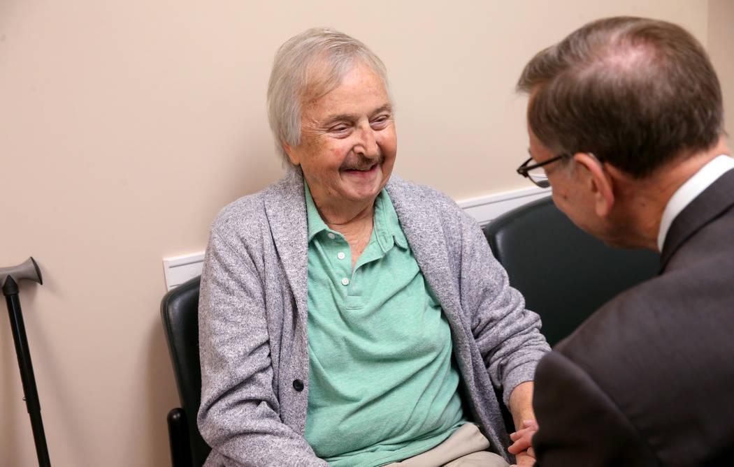 Anthony Brasich, 71, de Las Vegas habla con el doctor Nicholas Vogelzang sobre su tratamiento p ...