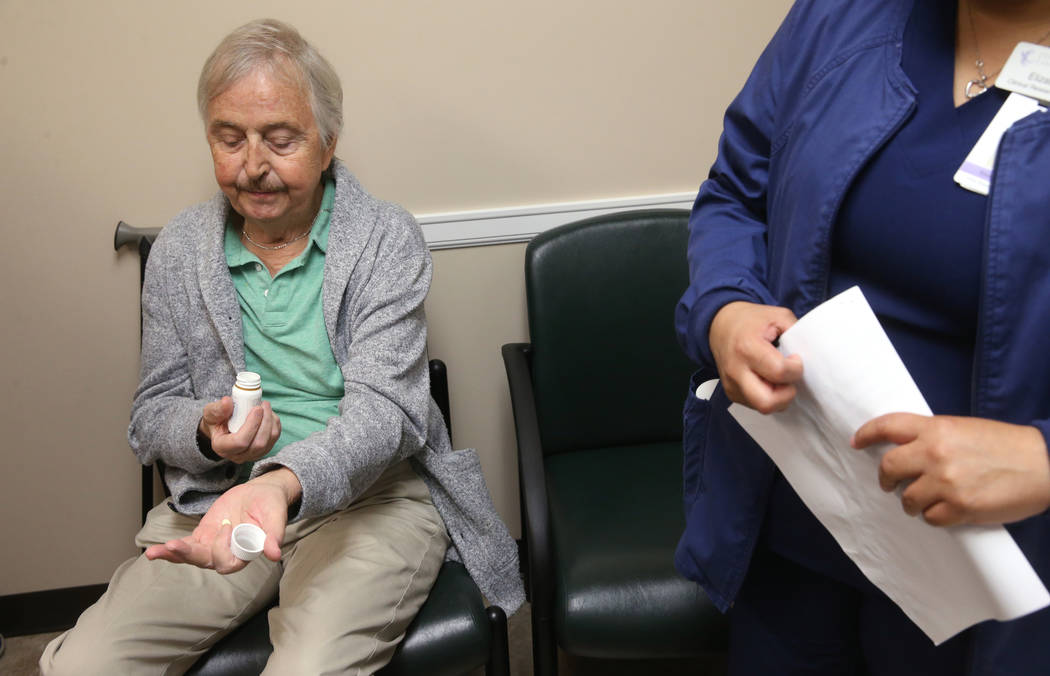 Anthony Brasich, de 71 años, de Las Vegas, se prepara para tomar su dosis de un nuevo tratamie ...