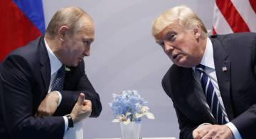 Archivo.- El presidente ruso, Vladimir Putin, se reúne con el presidente Donald Trump en la Cu ...