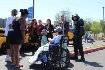 Los niños que pudieron con su condición, bajaron al estacionamiento a admirar los carros. Dom ...