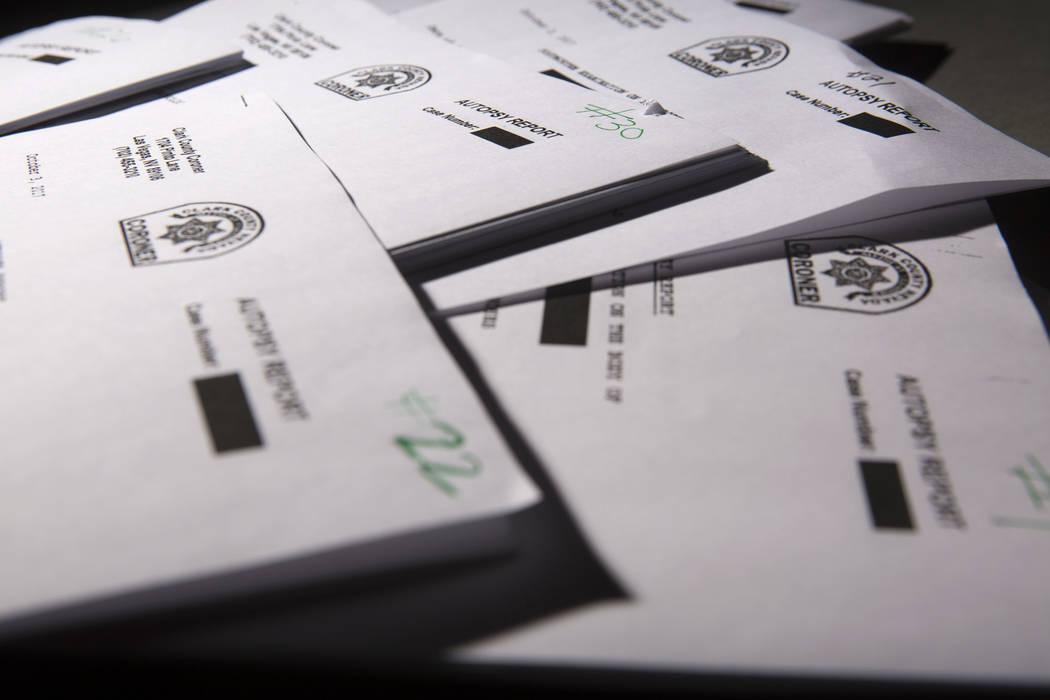 Informes de autopsia del médico forense del Condado de Clark fotografiados en el estudio del R ...