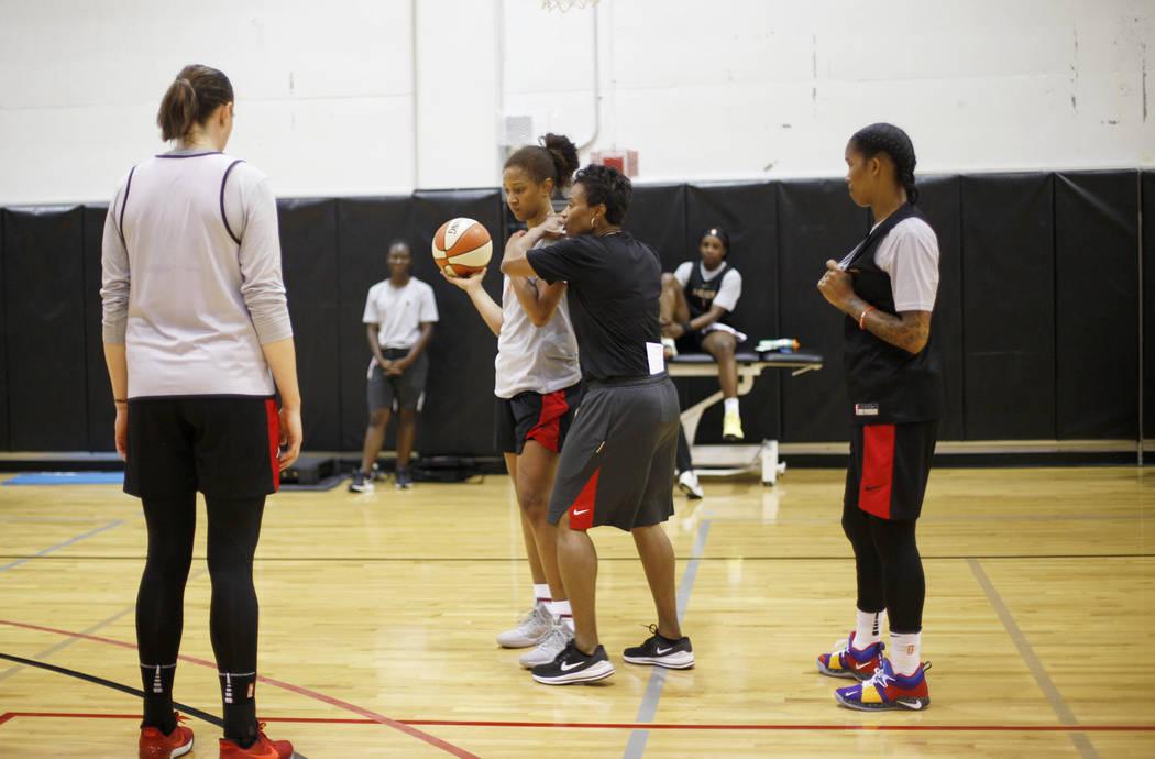 La entrenadora Vicki Johnson trabaja con el equipo durante el primer campamento de entrenamient ...