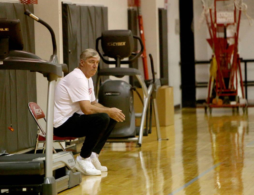 El entrenador de Las Aces de Las Vegas, Bill Laimbeer, observa la práctica durante el primer c ...