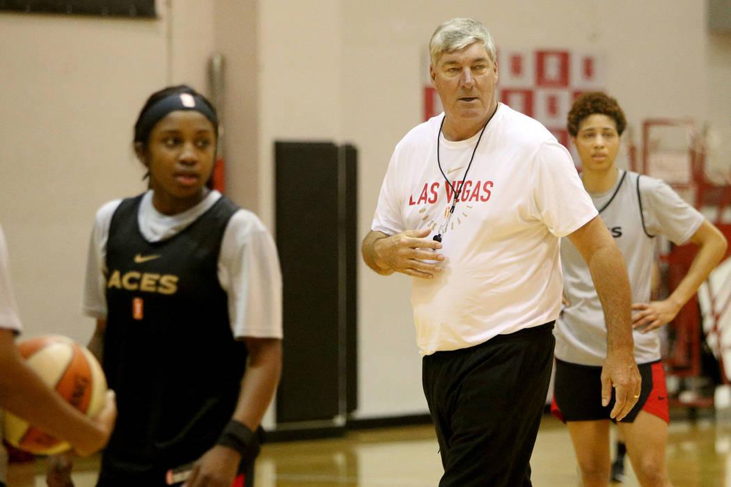 El entrenador de las Aces de Las Vegas, Bill Laimbeer, dirige la práctica durante el primer ca ...