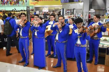El Mariachi Alma del Sol amenizó la fiesta interpretando los temas más conocidos del género ...
