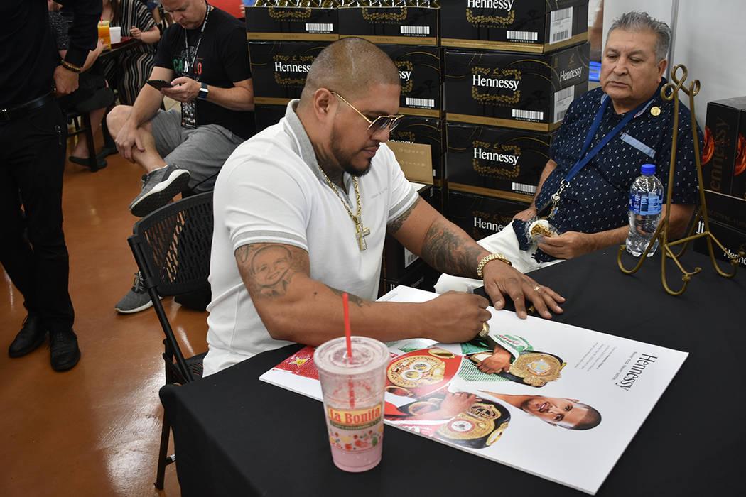 El ex-boxeador Fernando Vargas convivió con los asistentes durante esta celebración por el Ci ...