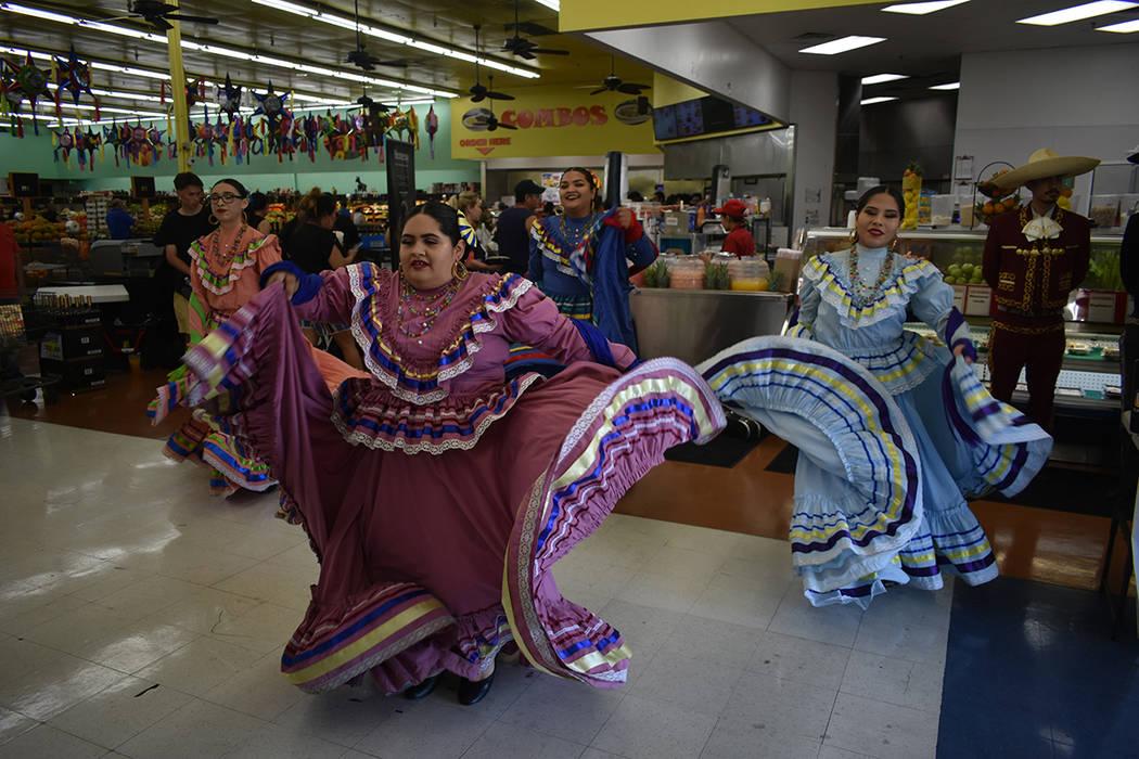 El ballet folclórico Son de Rancho recibió a los visitantes con alegría y ritmo. Sábado 4 d ...