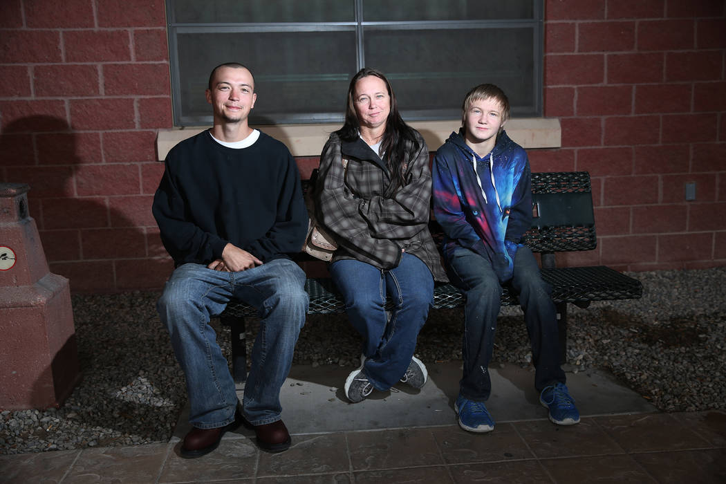 Jade Gaastra, 23 años (izquierda), su madre Nicole Bayer y su hermano Tristan Groom, de 15, son fotografiados afuera de la Biblioteca Comunitaria de Pahrump, el sábado 2 de febrero de 2019. Los hijos de Bayer son ex-alumnos de la Academia Northwest en el Valle de Amargosa. ( Foto Erik Verduzco / Las Vegas Review-Journal)