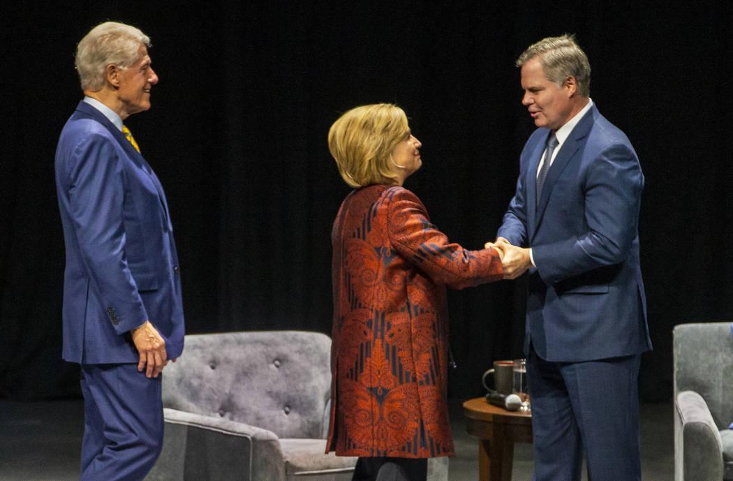 El ex presidente de los EE.UU., Bill Clinton, y la ex secretaria de Estado de los EE.UU., Hilla ...