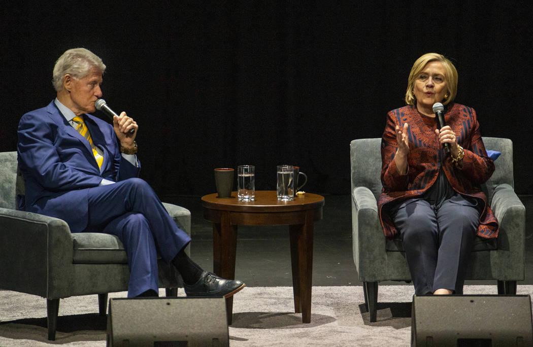 El ex presidente de los EE.UU. Bill Clinton y la ex secretaria de Estado de EE.UU. Hillary Clin ...