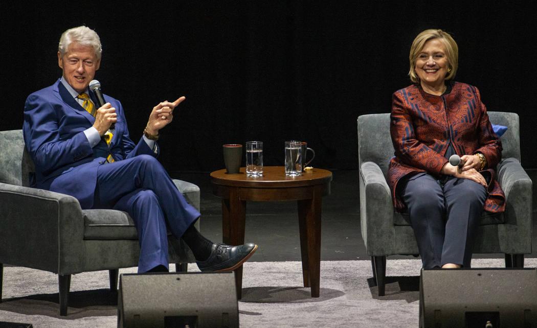 El ex presidente de los Estados Unidos, Bill Clinton, responde una pregunta junto a la ex secre ...