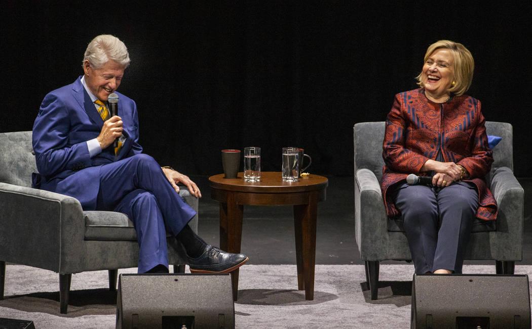 El ex presidente de los Estados Unidos, Bill Clinton, y la secretaria de Estado de los Estados ...