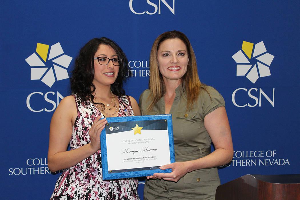 Karen Ahern, profesora del CSN (der), entregó un reconocimiento a su destacada alumna Monique. ...