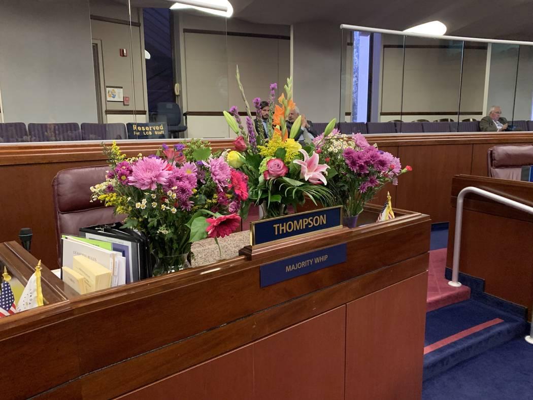 Los ramos de flores en memoria del asambleísta Tyrone Thompson fueron colocados en su escritor ...