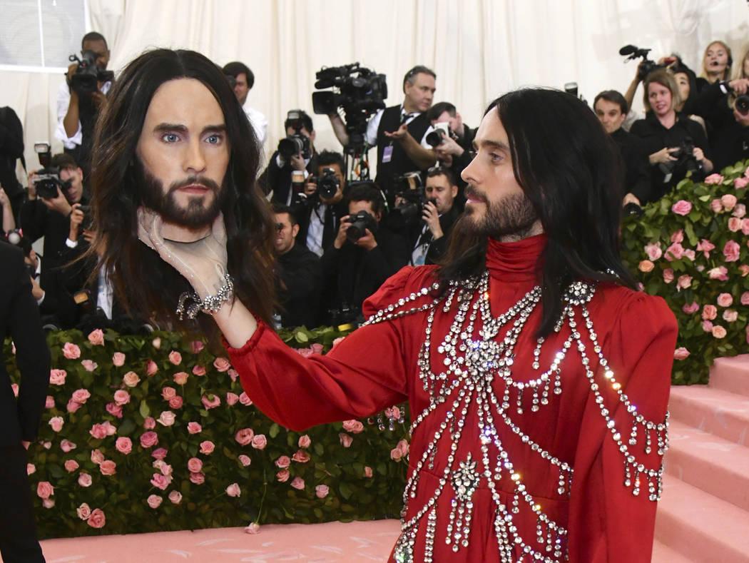 Jared Leto, sosteniendo un modelo de su propia cabeza, asiste a la gala benéfica del Instituto ...