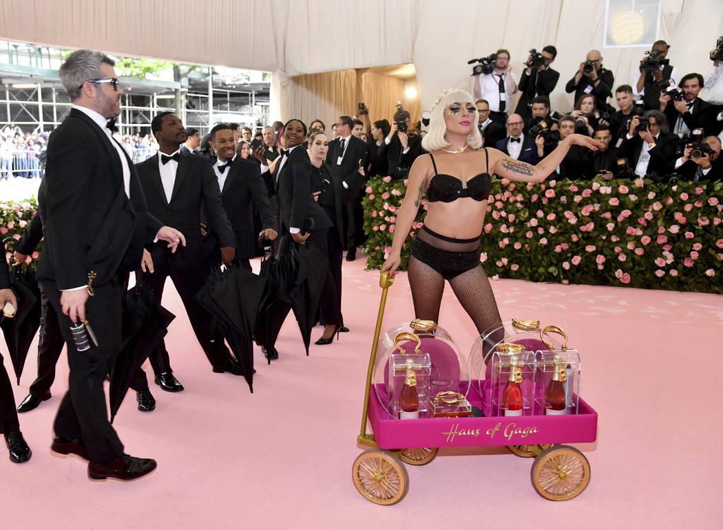 Brandon Maxwell, a la izquierda, y Lady Gaga asisten a la gala benéfica del Instituto de Traje ...