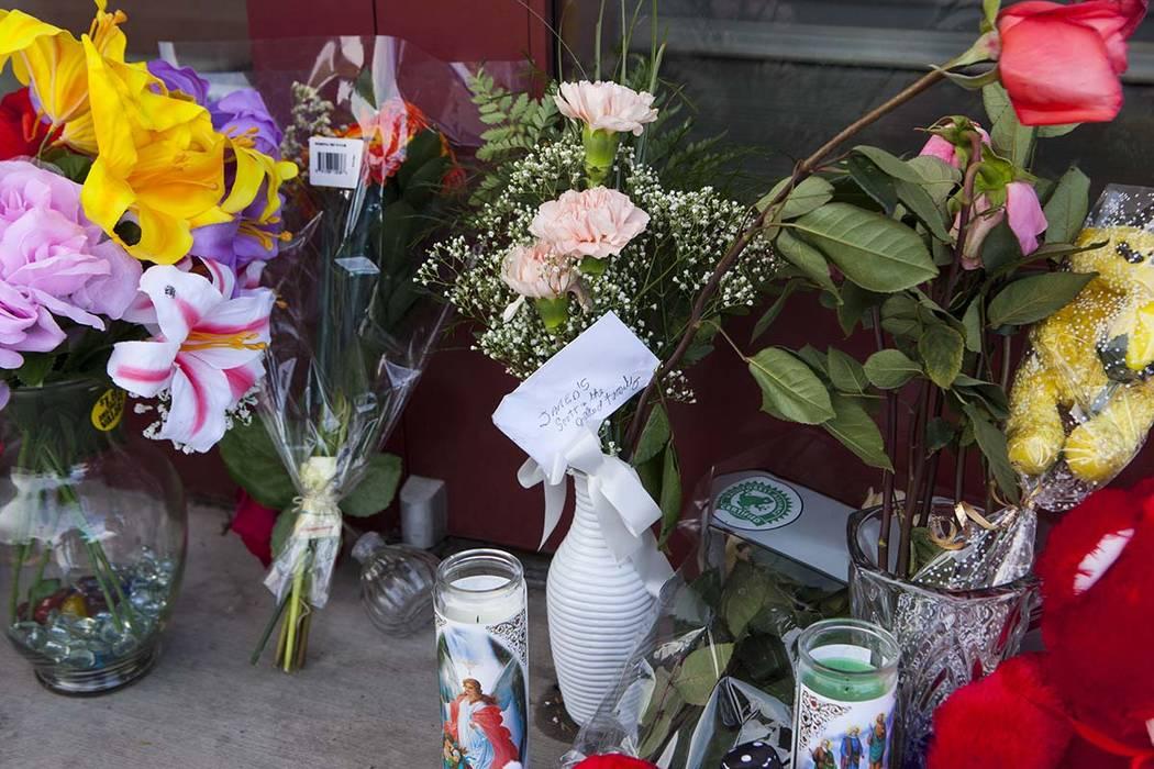 Flores frente a Jared, una joyería donde la empleada Kimberlee Ann Kincaid-Hill murió luego d ...