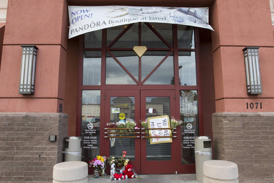Una exhibición conmemorativa frente a Jared, una joyería donde la empleada Kimberlee Ann Kinc ...