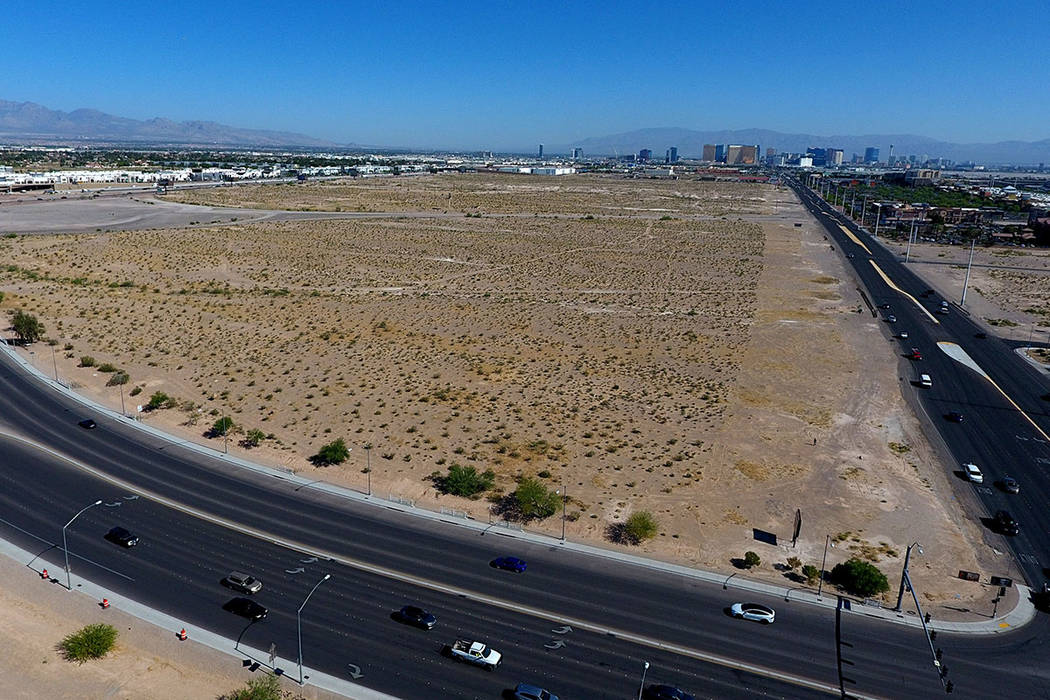 Fotografía aérea de la propiedad en la esquina noroeste de Las Vegas Blvd y Blue Diamond Road ...