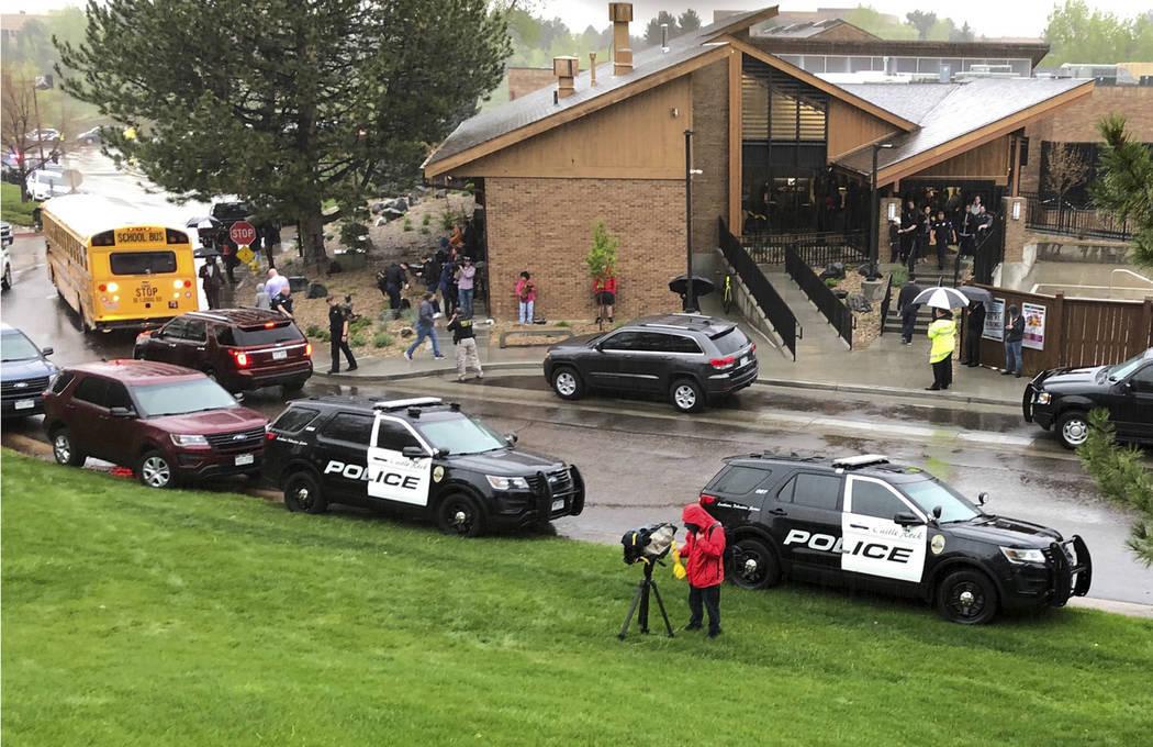 La policía y otros son vistos afuera de una escuela intermedia chárter en el suburbio de High ...