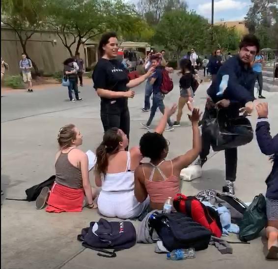 Un hombre no identificado lanza una barra de granola a los estudiantes que trabajaban en un pue ...