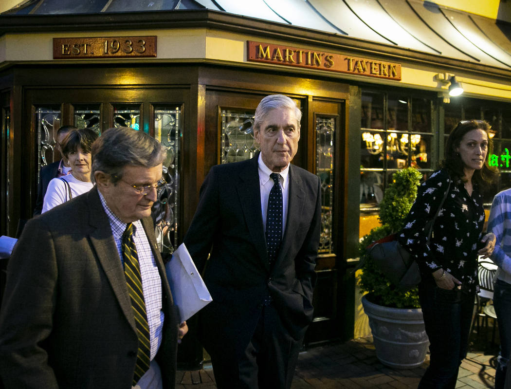El abogado especial Robert Mueller parte después de cenar en la taberna de Martin en Georgetow ...