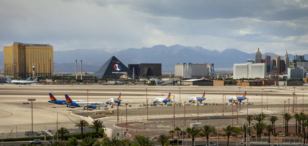 Aviones Allegiant Air, con sede en Las Vegas, sentados en la pista del Aeropuerto Internacional ...
