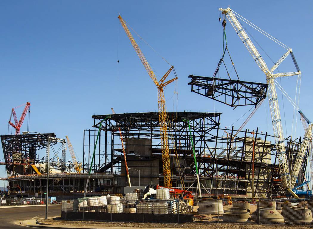El truss más nuevo se baja lentamente y se fija en su lugar en la parte superior del estadio R ...