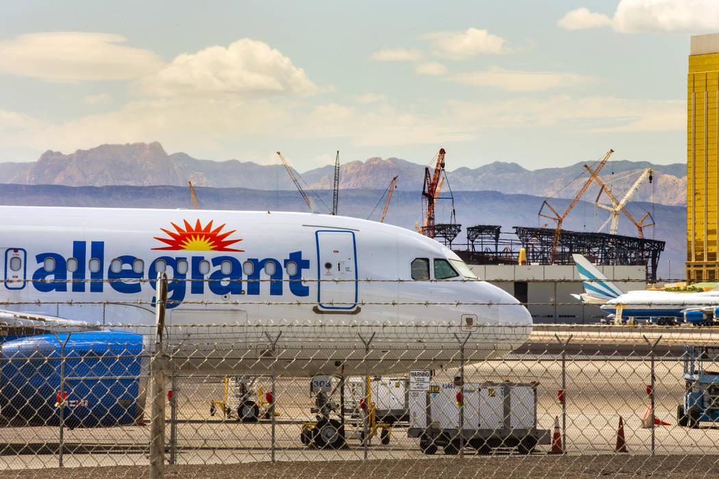 Un avión Allegiant Air con base en Las Vegas, sentado en la pista del Aeropuerto Internacional ...