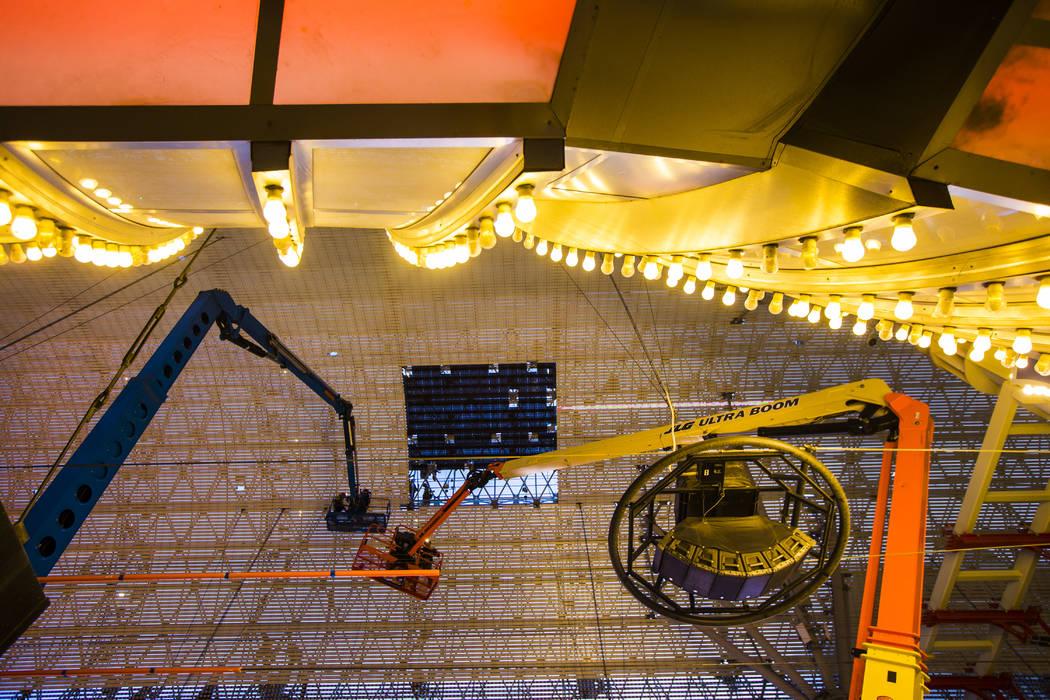 Los trabajadores de la construcción usan un ascensor durante el segundo día de renovaciones d ...