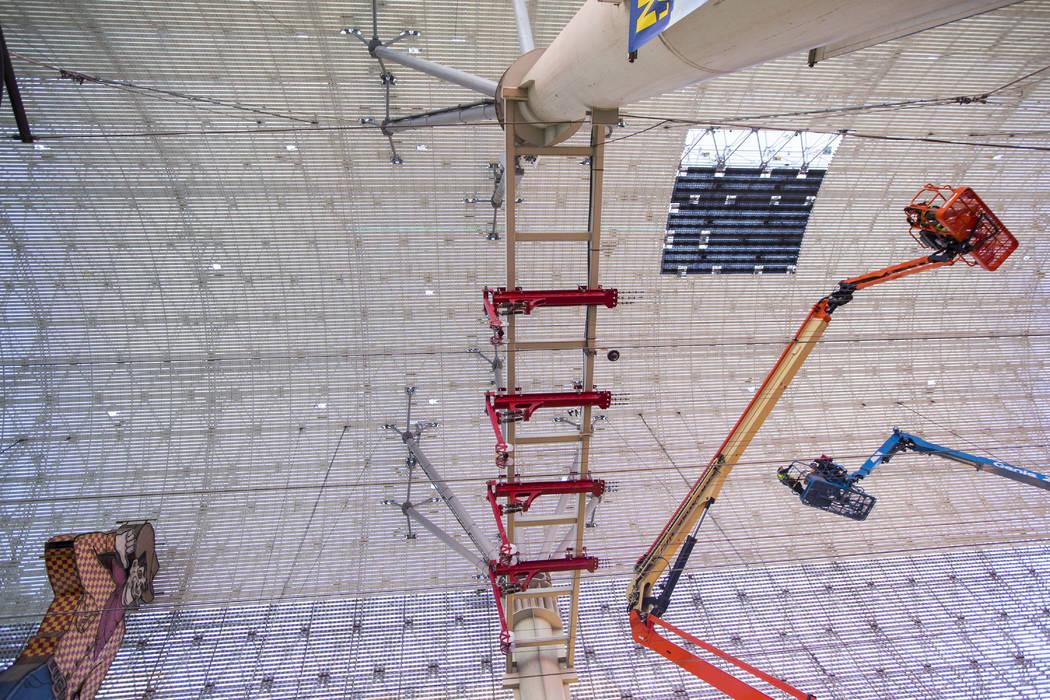 Los trabajadores de la construcción trabajan alrededor del exterior del durante el segundo dí ...