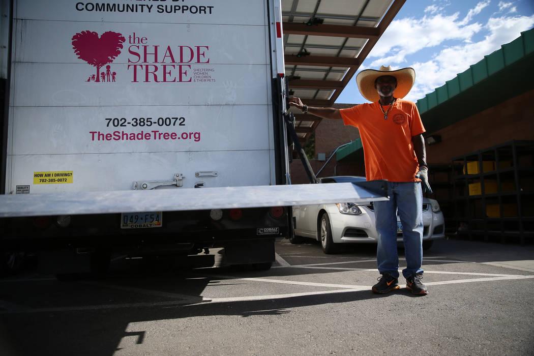 Jeff Fletcher, coordinador de donaciones en The Shade Tree, muestra la nueva rampa de un camió ...