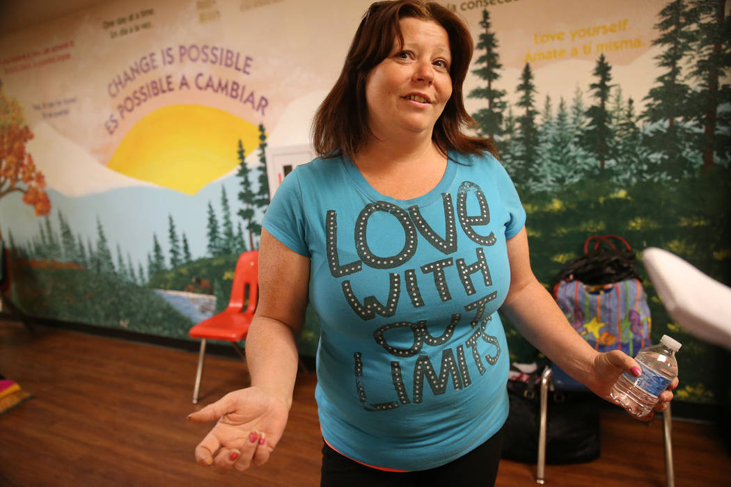Lisa Bolan, de 40 años, residente del refugio The Shade Tree, comparte sus pensamientos sobre ...