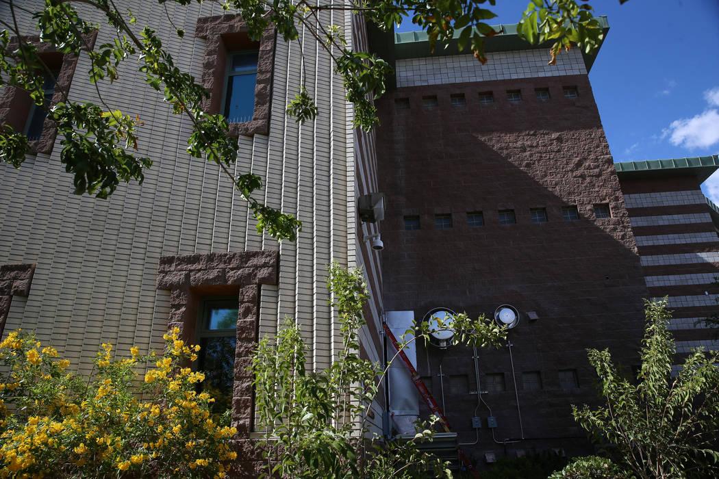 La vista desde el nuevo jardín de curación en el refugio The Shade Tree en North Las Vegas se ...