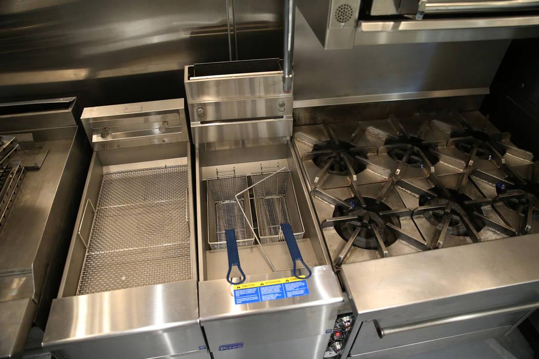 Los nuevos electrodomésticos de cocina en la cocina renovada del refugio The Shade Tree de Nor ...