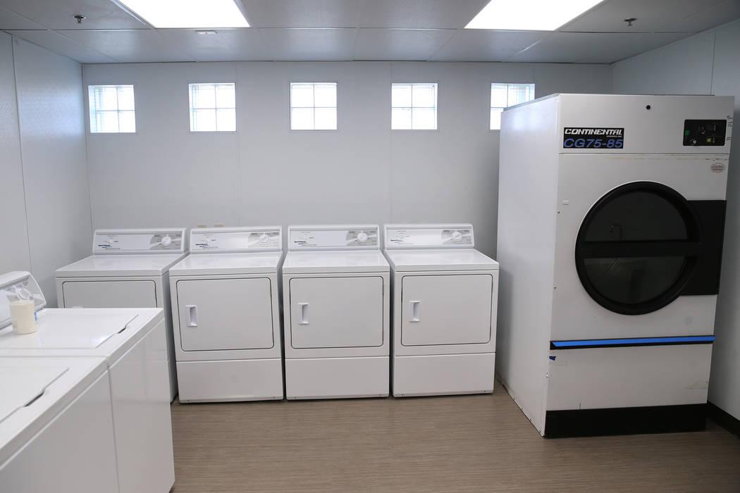 Una lavandería renovada en el refugio The Shade Tree en North Las Vegas se fotografió durante ...