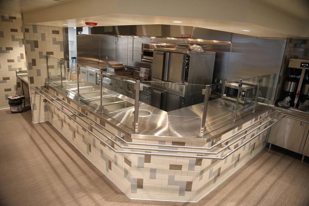 Los nuevos electrodomésticos de cocina en la cocina renovada del refugio The Shade Tree en Nor ...