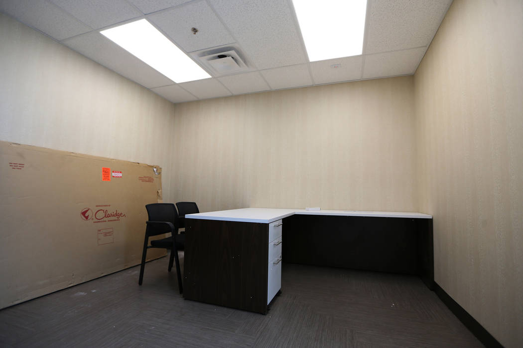 Una sala de admisión renovada en el refugio The Shade Tree en North Las Vegas durante una visi ...