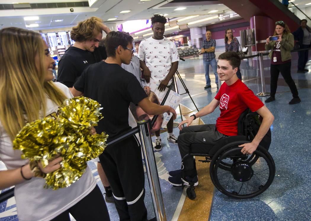 Mark Wilbourne, de rojo, saluda a sus amigos en el Aeropuerto Internacional McCarran en Las Veg ...