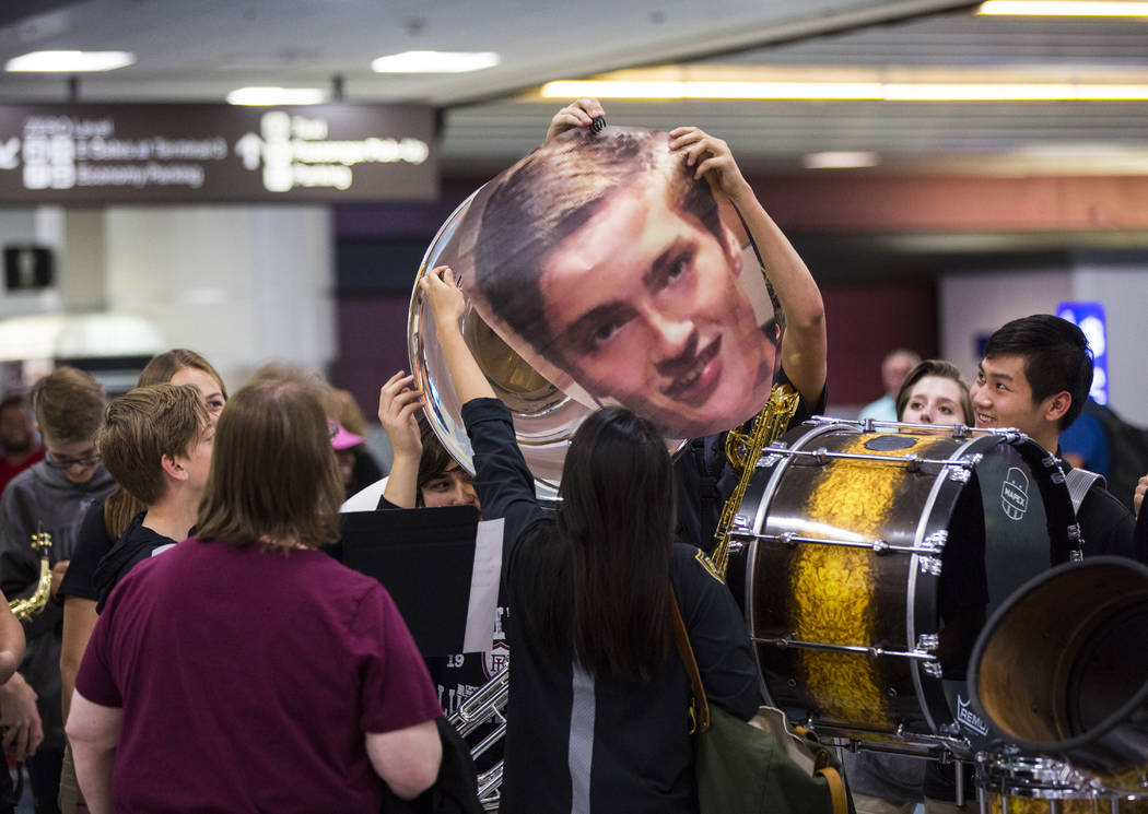 Los estudiantes de Faith Lutheran se preparan para dar la bienvenida a Mark Wilbourne en el Aer ...