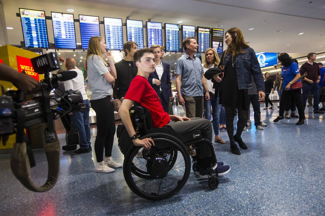 Mark Wilbourne reacciona a una fiesta de bienvenida en el Aeropuerto Internacional McCarran en ...
