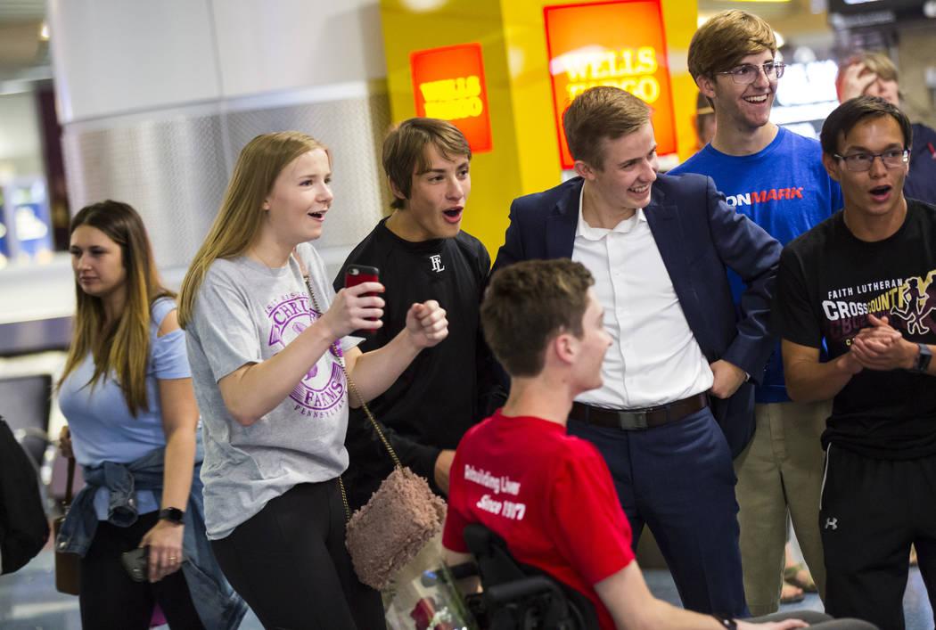 Amigos saludan a Mark Wilbourne, de rojo, en una fiesta de bienvenida en el Aeropuerto Internac ...